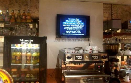 """Ecran 20 pouces gamme """"Eco-plus"""" : implantation dans un restaurant."""