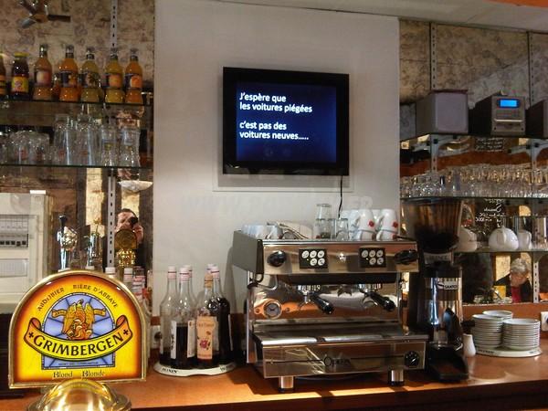 démonstration vidéo - écran Lcd vidéo player en position dans une boutique