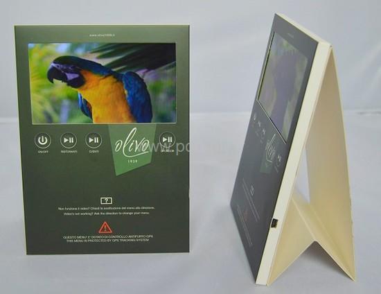 chevalet de comptoir - chevalet avec écran vidéo en partie haute et boutons de commande ; la façade est imprimée au logo de l'entreprise