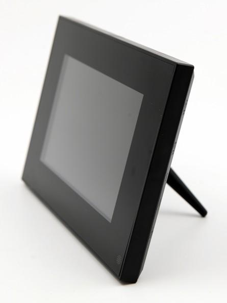 écran tactile avec support vu de côté
