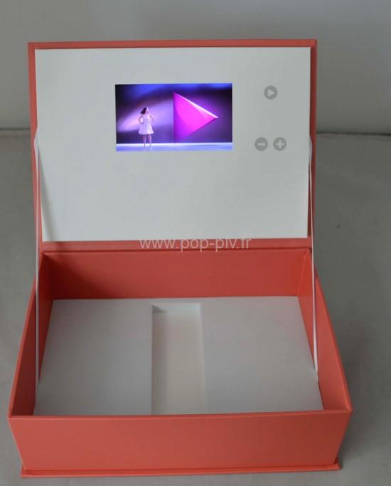 packaging - boîte avec écran inséré dans le couvercle avec les boutons de commande