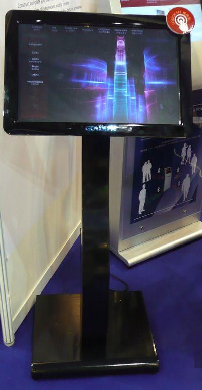 plv interactive - écran Lcd sur support à hauteut d'homme