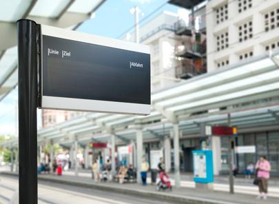 publicité dynamique - panneau d'affichage interactif sur un quait de gare